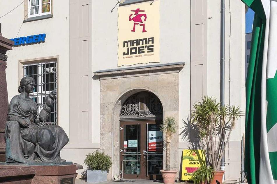 """Seit dem Wochenende prangt das """"Zu vermieten""""-Schild am Eingang der Cocktailbar am Johannisplatz."""