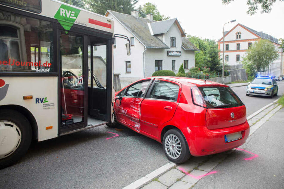 Lininenbus kracht in Auto: Ein Kind verletzt