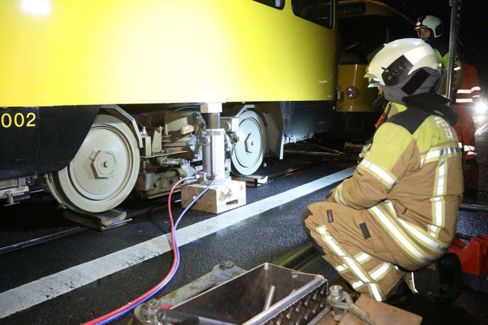 Mit hydraulischen Hebern wurde die Bahn angehoben.