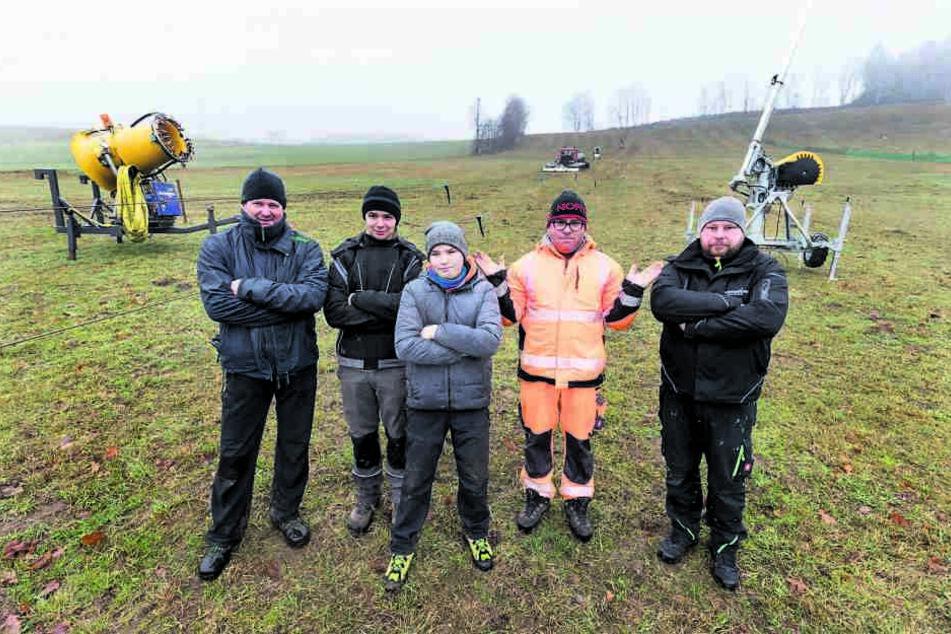 Bis es soweit ist, müssen sich Jens Thierbach (44, v.l.), Tony Bäßler (16), Johann (12) und Tilo Henkelmann (45) sowie Tom Klädke (33) gedulden.