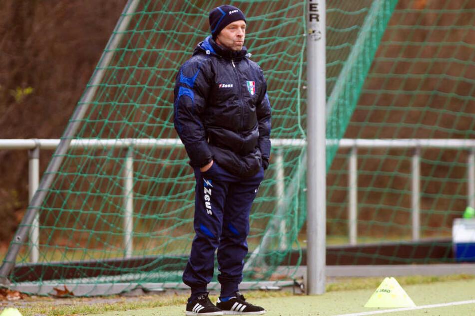 Weltmeister Thomas Häßler steht am Spielfeldrand seines ehemaligen Vereins Berlin United (damals noch Club Italia).