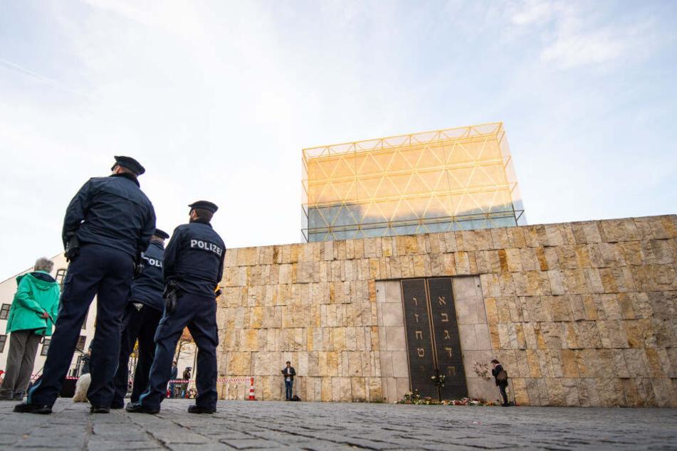 Polizisten stehen nach dem Anschlag in Halle um die Münchener Synagoge. (Archivbild)