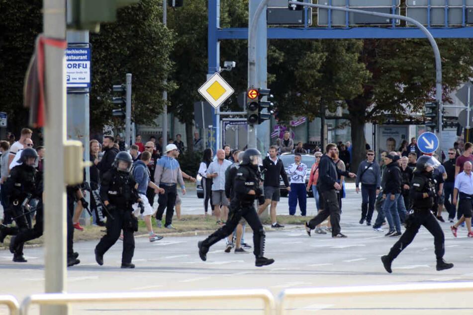 Polizei-Kräfte eilten zur ersten Demo am Sonntag herbei, um die Ausschreitungen unter Kontrolle zu bringen.