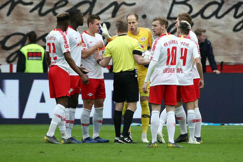 Schon beim Tor zum vermeintlichen 3:1 durch Leverkusen, das nachträglich aberkannt wurde, gab es viel Diskussionsbedarf.