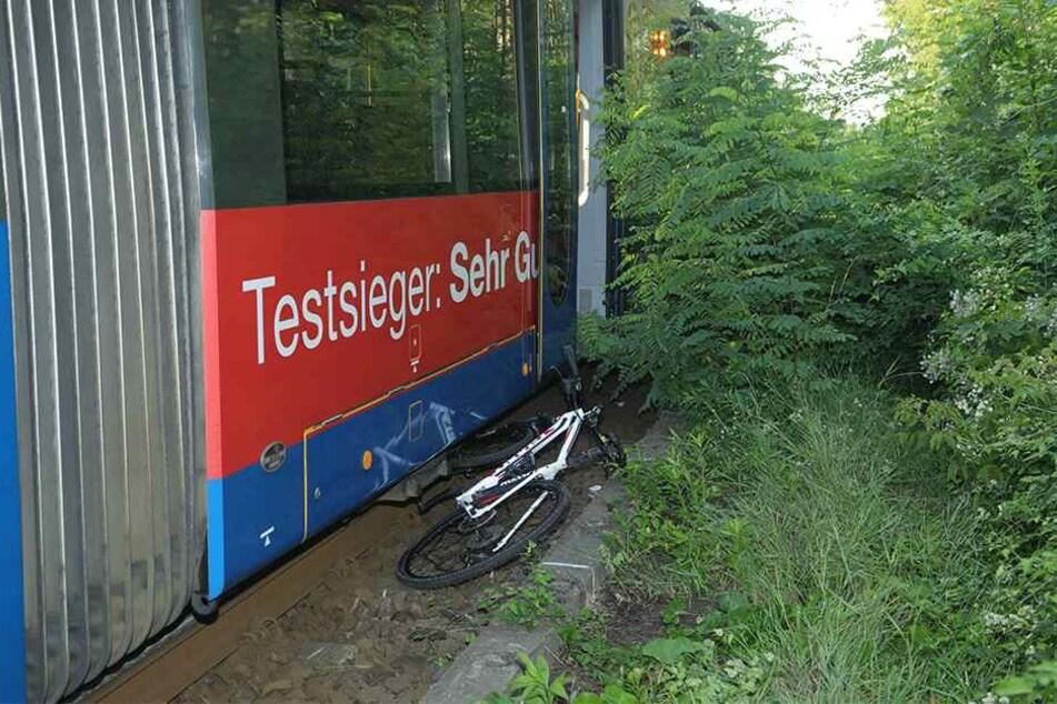 Der Radfahrer übersah offenbar die Straßenbahn.