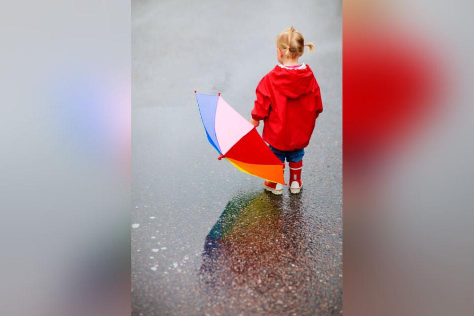 Ruhe vor dem Sturm: Schon bald muss die Kleine den Schirm über ihrem Kopf aufspannen, um trocken zu bleiben.