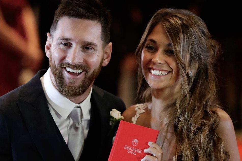 Fussballstar Lionel Messi (30) und seine Lebensgefährtin Antonella Roccuzzo (29) kurz nach ihrer Trauung in Rosario.