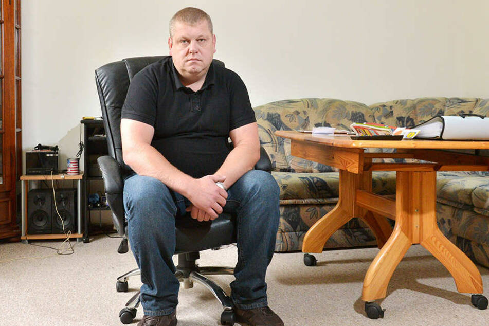 """Oleksandr """"Sascha"""" Shtertsel (36) in seinem Zimmer im Asylbewerberheim in Mobendorf - ein ehemaliges DDR-Kinderferienlager."""