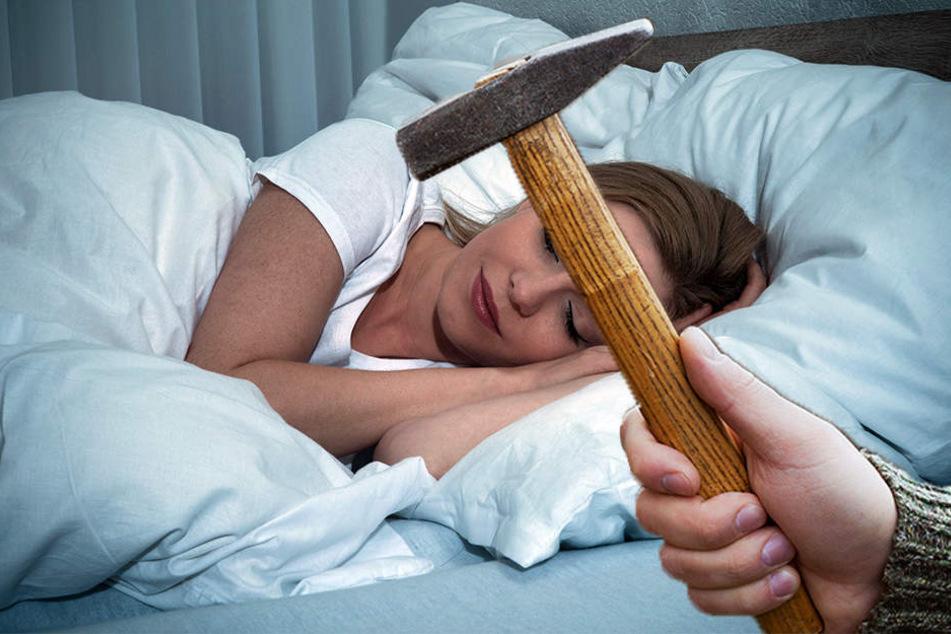 Mit einem Hammer soll der 57-Jährige auf den Kopf seiner Ehefrau eingeschlagen haben. (Symbolbild)