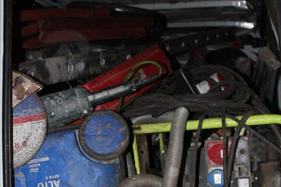 In dem Kleintransporter fanden die Beamten Werkzeug und Baumaschinen.
