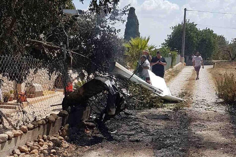 Beim Zusammenstoß eines Hubschraubers mit einem Kleinflugzeug auf der spanischen Urlaubsinsel Mallorca sind am Sonntag sieben Menschen ums Leben gekommen