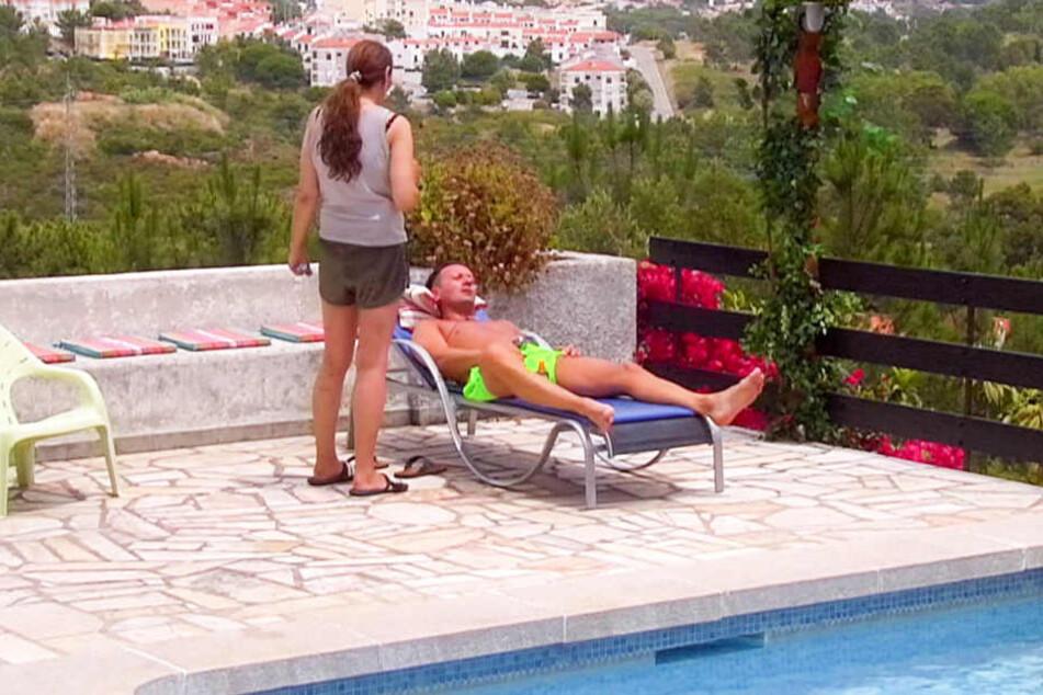 Am Pool versucht Helena Fürst (43) Ennesto Monté (42) zu motivieren.