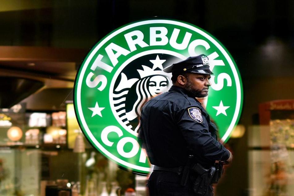Starbucks schmeißt Polizisten raus, der Grund macht fassungslos