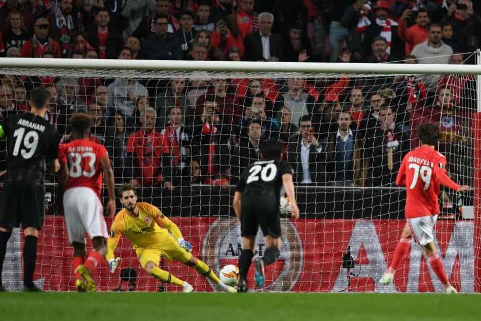 Eintracht-Torhüter Kevin Trapp hatte die Ecke geahnt, konnte den Elfmeter von Benficas Joao Felix jedoch nicht halten.