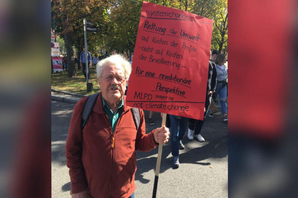 Auch er demonstriert für eine bessere Welt: Till Scheller, 85 Jahre alt.