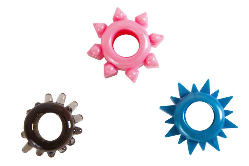 Penisringe gibt es in verschiedenen Ausführungen. Sie sollen eine längerfristige Erektion hervorrufen.