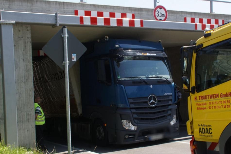 Die Maximalhöhe beträgt dort 3,30 Meter - der Laster war eindeutig höher.