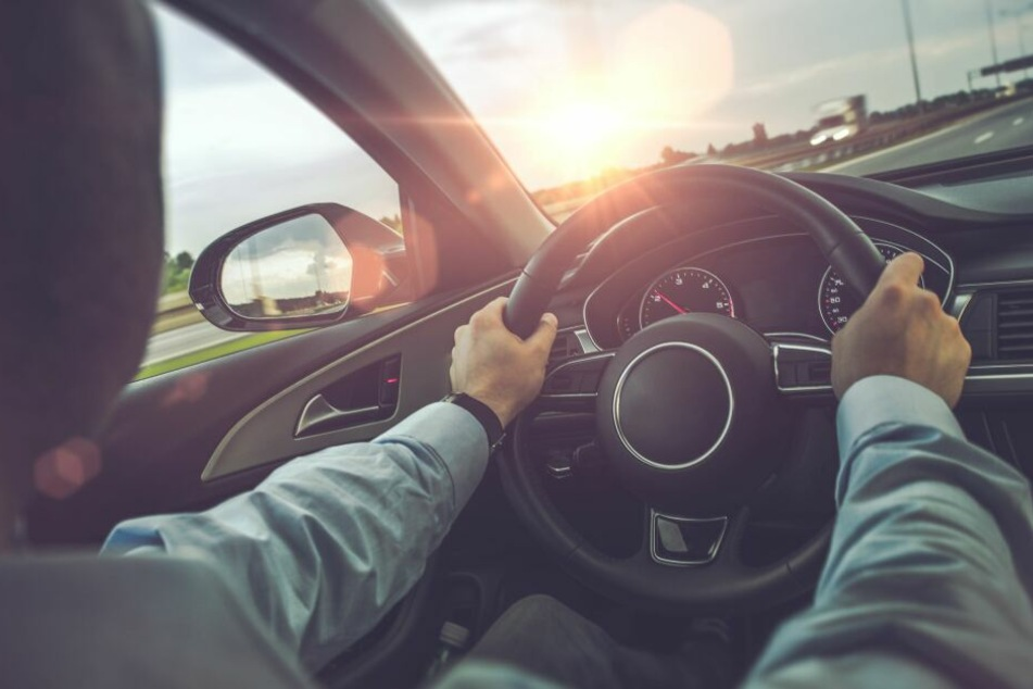 Bei Gegenlicht und tiefstehender Sonne wird das Autofahren problematisch.