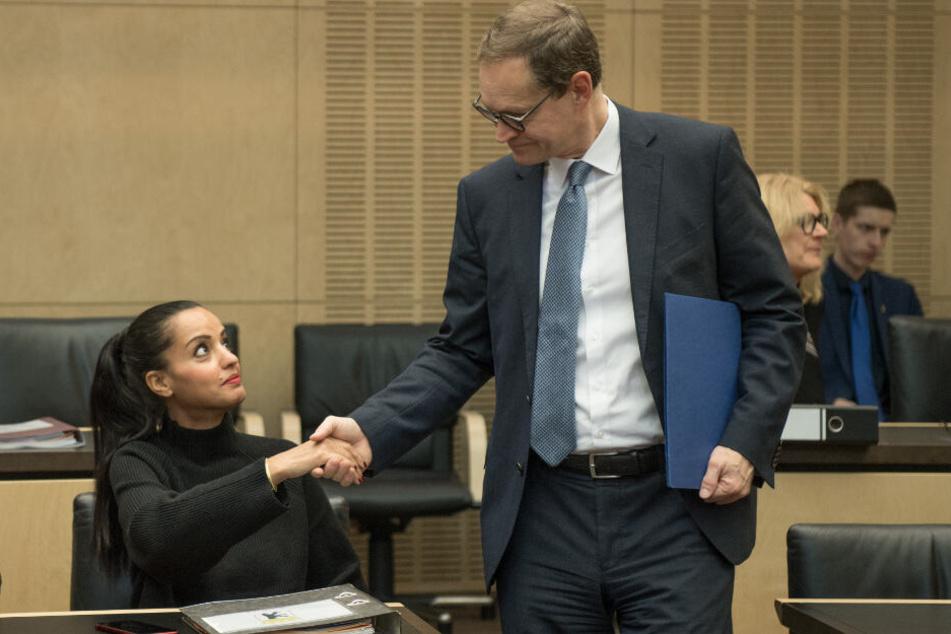 Berlins Bürgermeister Michael Müller begrüßt Sawsan Chebli vor einer Sitzung des Bundesrats.
