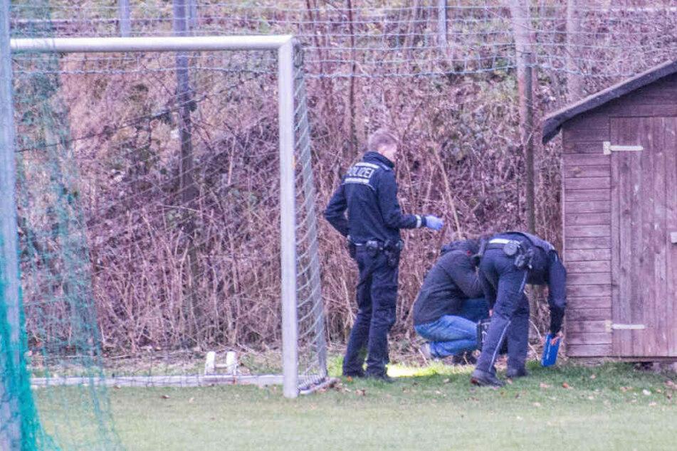Polizeibeamte auf der Sportanlage. Sie befinden sich wohl auf der Suche nach dem verlorenen Finger des Jungen.