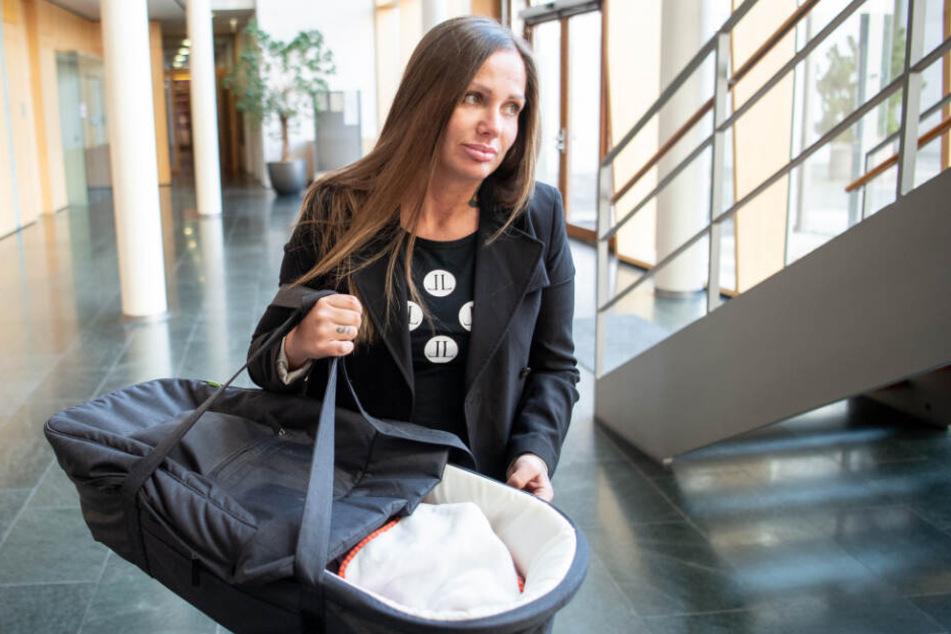 Rapperin Schwesta Ewa (Ewa Malanda) kommt mit ihrem Kind zu einer Anhörung im Bundesgerichtshof (Archivbild).