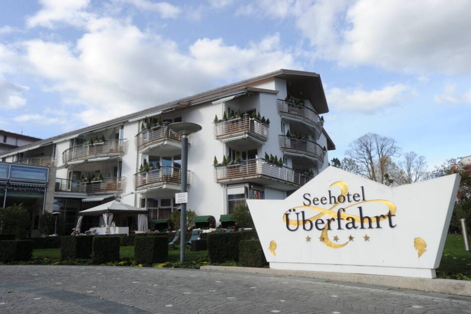 Der Guide Michelin hat das Restaurant Überfahrt in Rottach-Egern am Tegernsee unter der Leitung von Koch Christian Jürgens mit drei Sternen bedacht. (Archivbild)