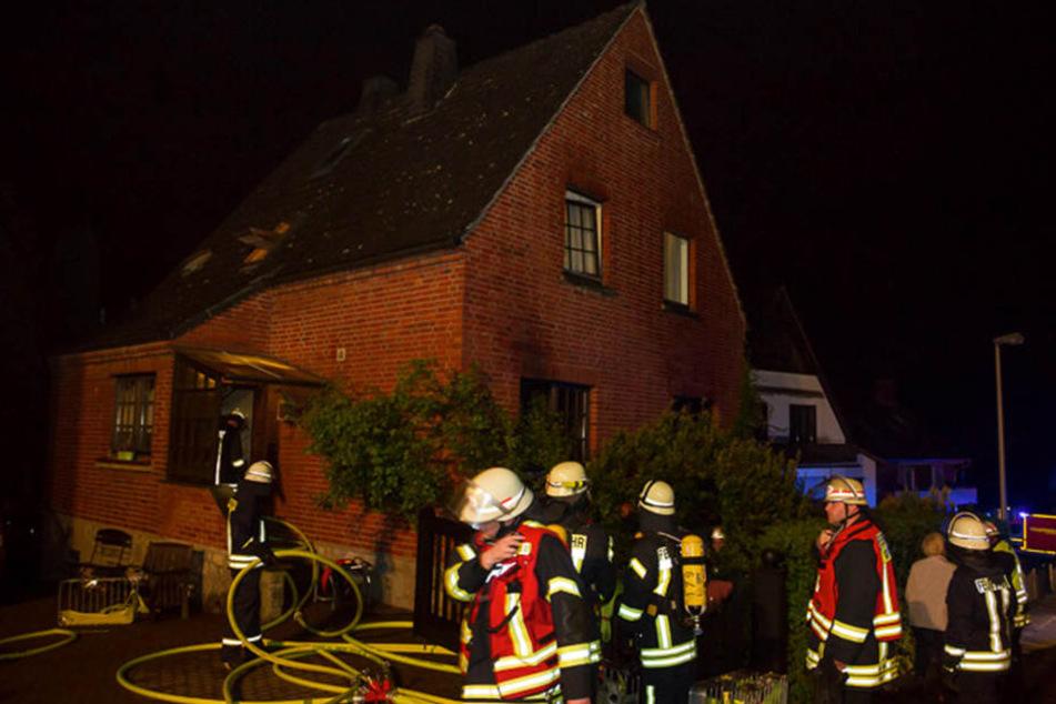 Mit einer Rauchvergiftung mussten zwei Bewohner des Hauses ins Krankenhaus gebracht werden.