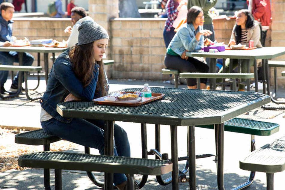 """In der Serie """"Tote Mädchen lügen nicht"""" nimmt sich Protagonistin Hanna Baker (Katherine Langford) das Leben."""