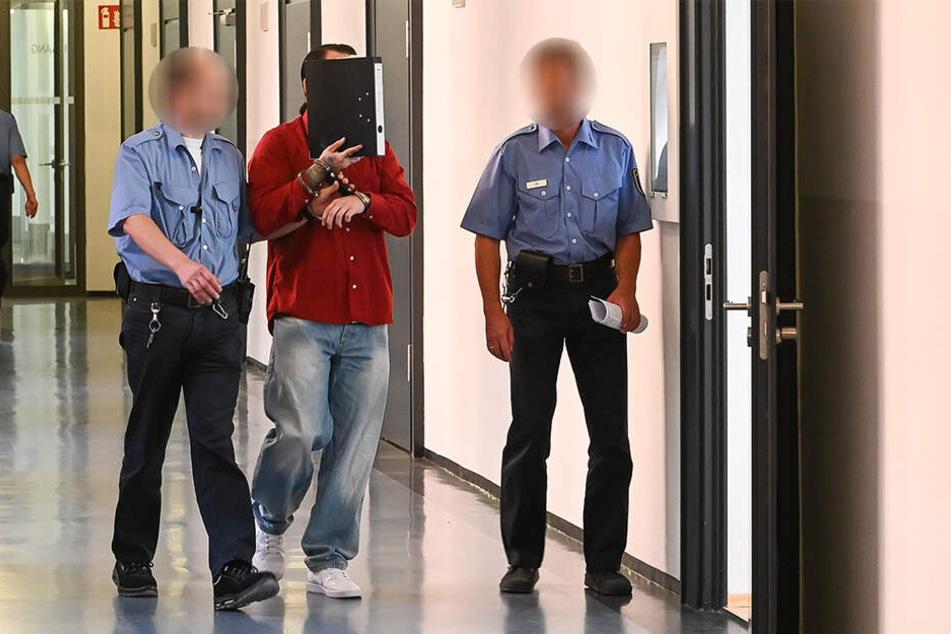 Tino L. (30) auf dem Weg zur Anklagebank.