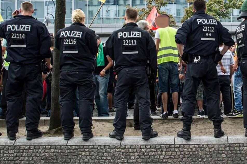Die Polizisten lösten eine unangemeldete Demonstration auf und wurden dann angegriffen (Symbolbild).