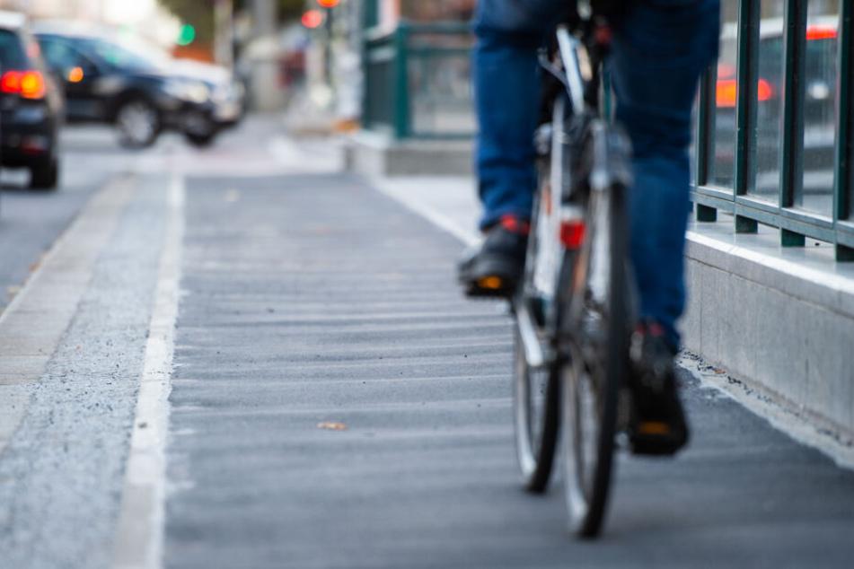 Radfahrer erfasst Seniorin an Fußgängerampel: wenig später ist sie tot