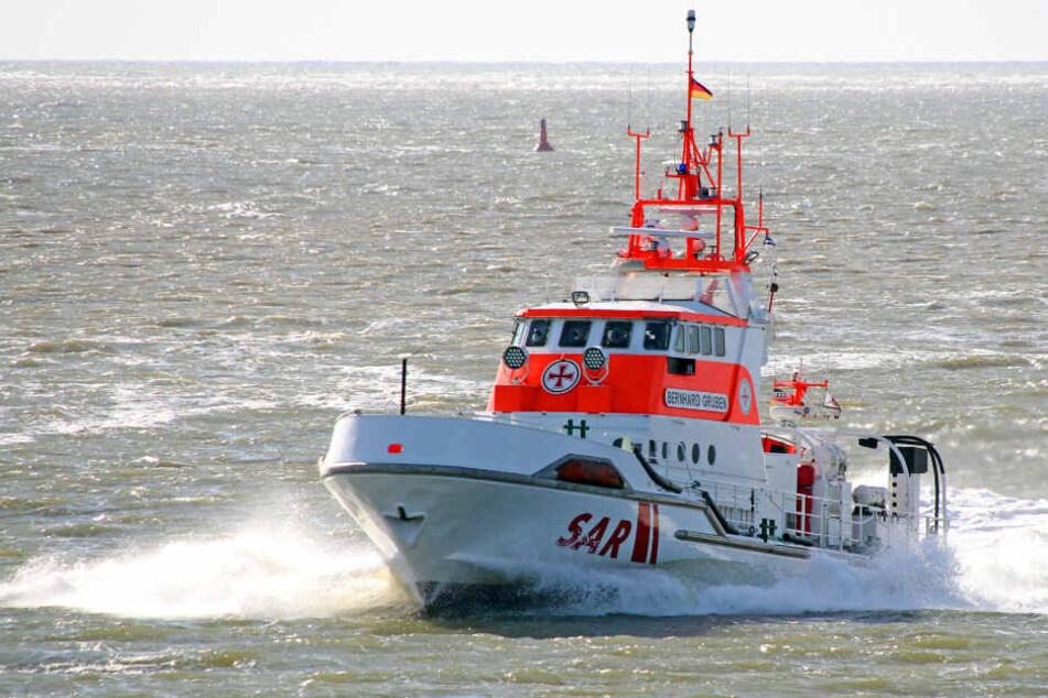 """Der Seenotrettungskreuzer """"Bernhard Gruben"""" eilte auf die Nordsee raus, um der Besatzung des gekenterten Bootes zu helfen."""