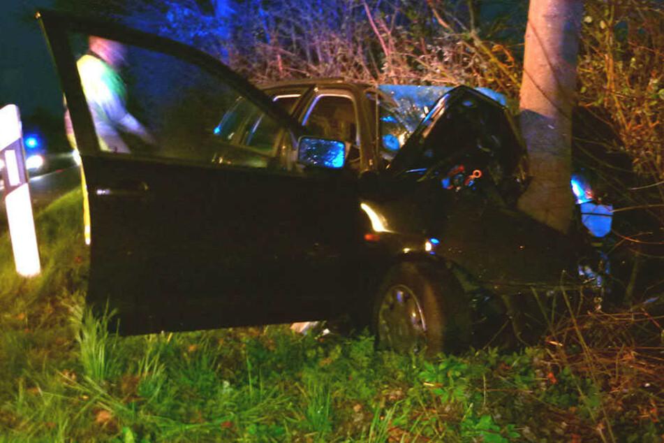Der Wagen des jungen Mannes wickelte sich quasi um den Baum.