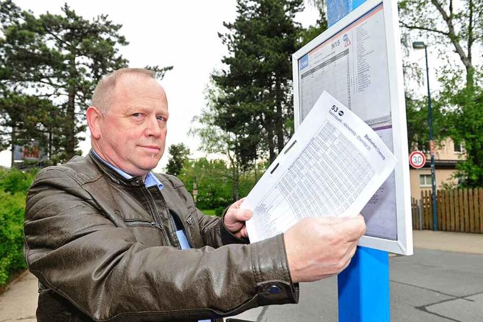 Uwe Albert (55) von der CVAG präsentiert den neuen Fahrplan der Buslinie 53.