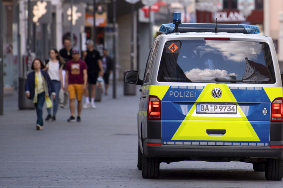 Ein Polizeiauto fährt in der Innenstadt Münchens durch die Fußgängerzone.