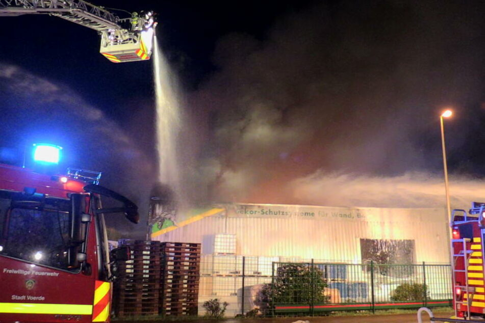 Lagerhalle von Chemiefirma brennt: Zwei Feuerwehrleute bei Explosion verletzt