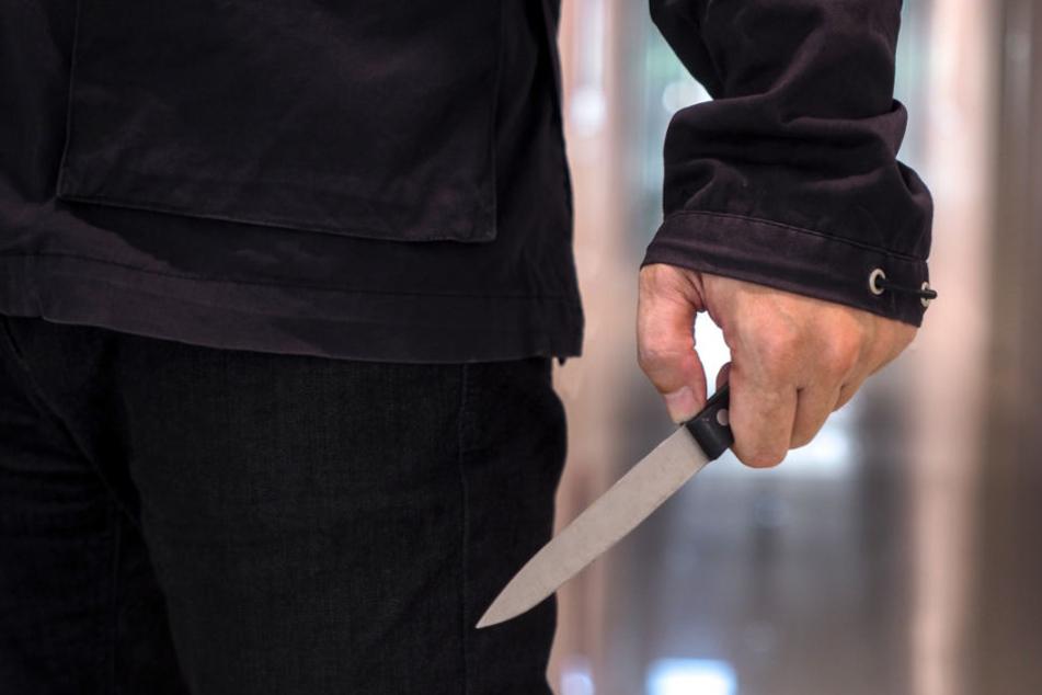 Immer wieder stach der Angeklagte zu, brachte sein Opfer in Lebensgefahr. (Symbolbild)