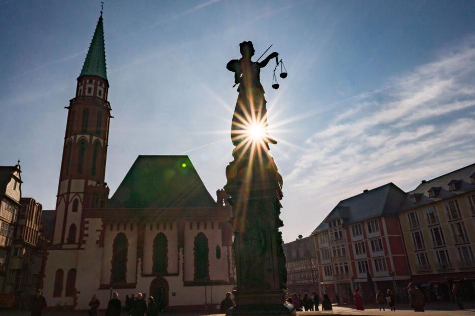 Die Frühlingssonne strahlt auf den Frankfurter Römerberg.