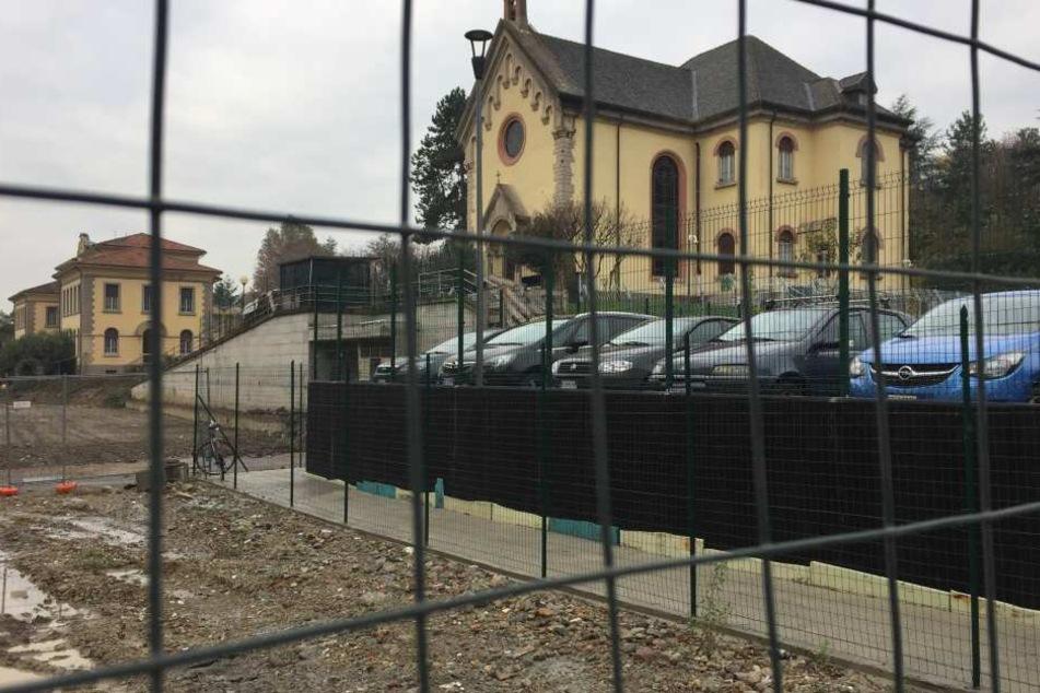 Blick auf die Kapelle des ehemaligen Ospedali Riuniti Krankenhauses. Sie liegt inmitten einer Baustelle.