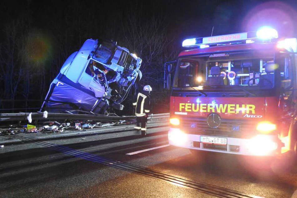 Glück im Unglück: Die Führerkabine des Lkw blieb im Geländer der Muldentalbrücke hängen.