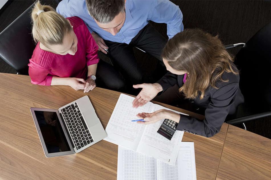 Wer seine Kreditraten nicht mehr tilgen kann, der fällt schnell auf das Angebot eines Umschuldungskredits herein.