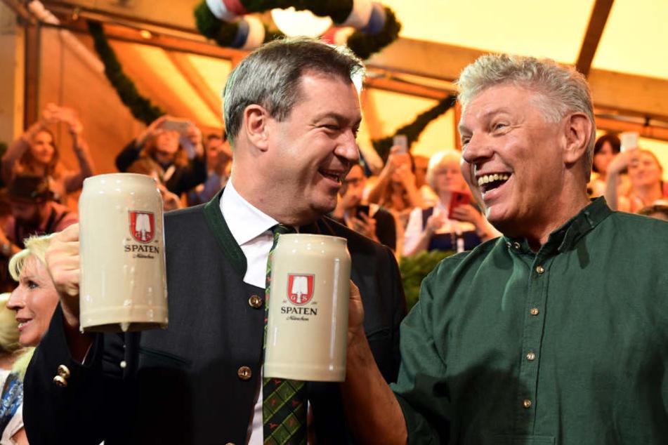 Ministerpräsident Markus Söder (l, CSU) und Oberbürgermeister Dieter Reiter (SPD) waren zufrieden mit dem Fassanstich.