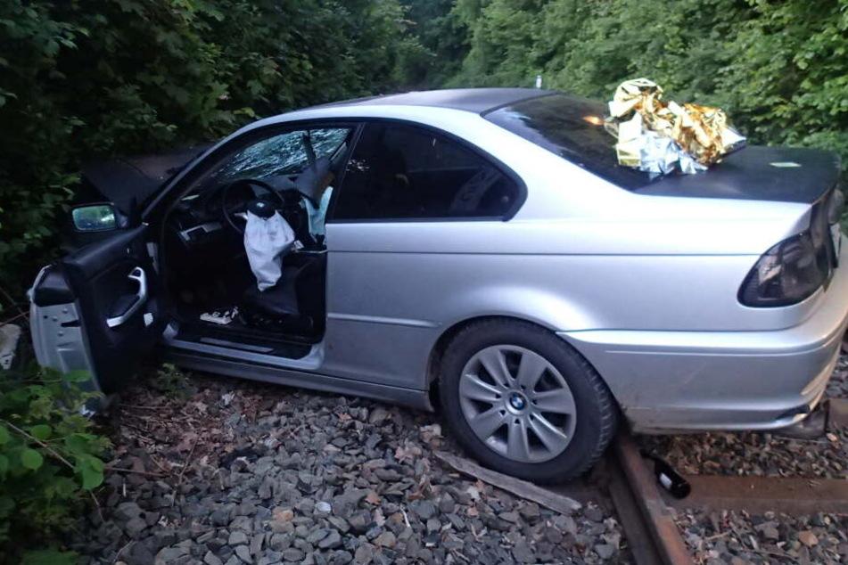 Zwei Beifahrer des 24-Jährigen wurden lebensgefährlich verletzt.