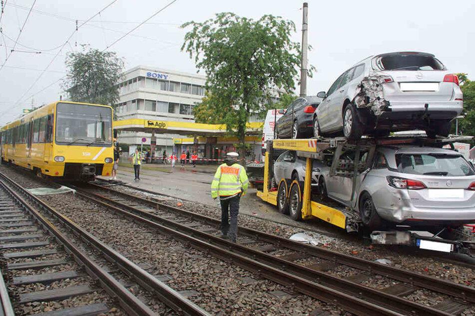 Auch die Fahrzeuge auf dem LKW wurden bei dem Unfall beschädigt