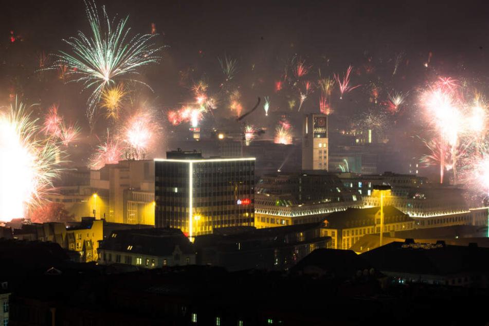 Vergangenes Silvester in Stuttgart: Feuerwerk wird in den Himmel abgefeuert.