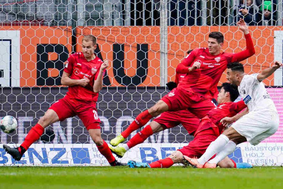 Sandhausens Aziz Bouhaddouz (r) schießt das Tor zum 2:0.