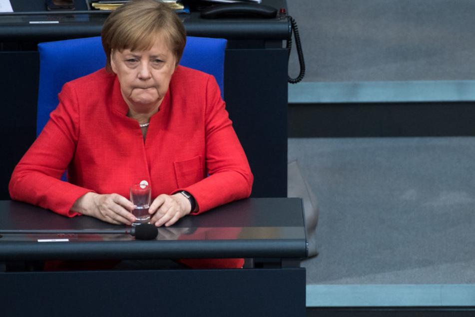 Angela Merkel sitz bei der Plenarsitzung des Deutschen Bundestags an ihrem Platz