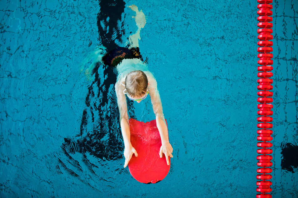 NRW lässt trotz der steigenden Corona-Zahlen Schwimmunterricht für Kinder unter Auflagen wieder zu. (Archivbild)