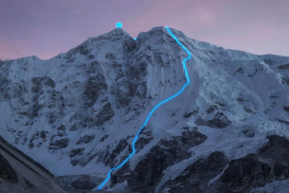 Der Berg Nangpai Gosum in der Dämmerung: Die blaue Linie zeigt die Route, die Jost Kobusch allein bis zum Gipfel zurücklegte.