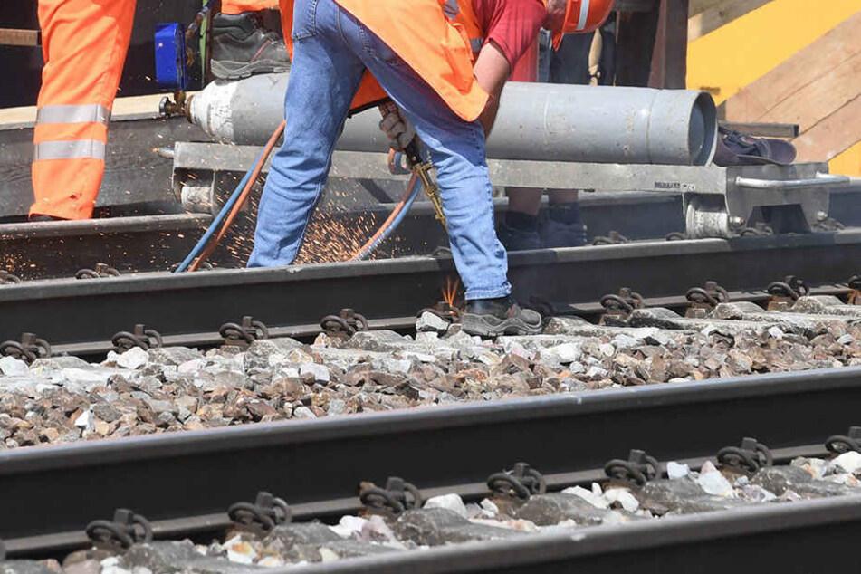 Beim Absichern einer Baustelle wurde ein 65-Jähriger am Samstag von einem Zug erwischt.
